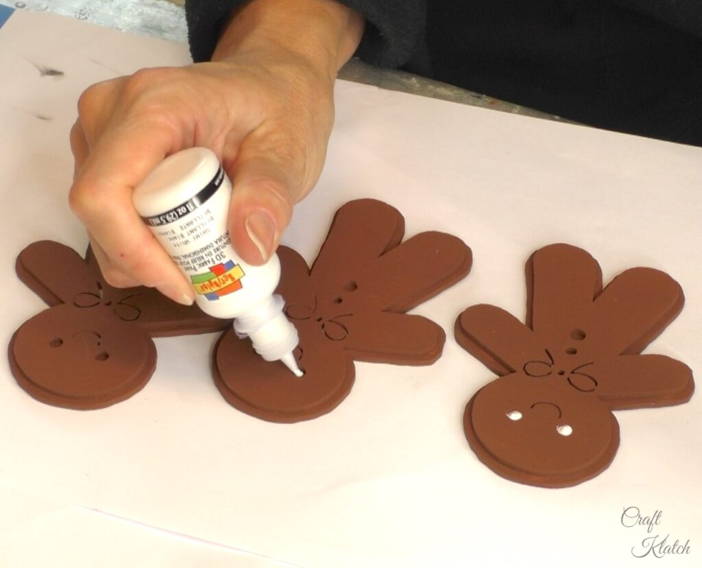 Decorate gingerbread men with white paint