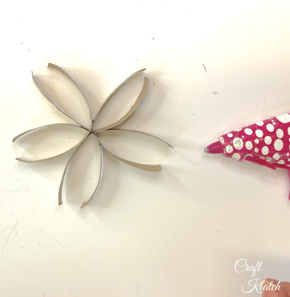 Toilet paper roll pieces glued together look like a flower copy
